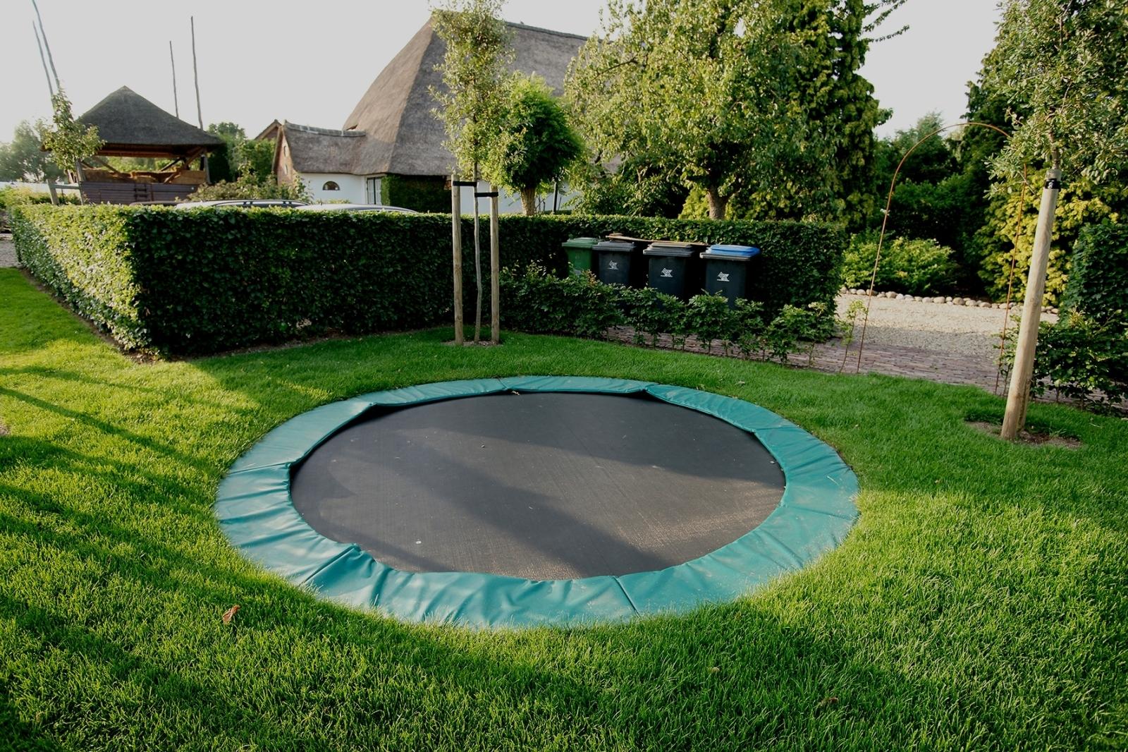 trampoline in de tuin image with trampoline in de tuin. Black Bedroom Furniture Sets. Home Design Ideas