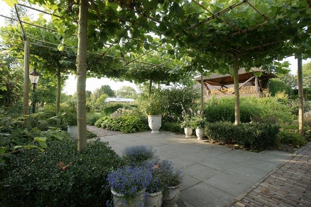 Moderne huis een landschappelijke tuin en een boerderijtuin